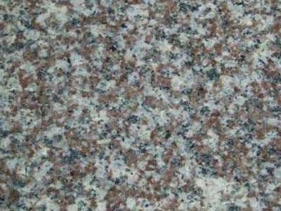 granit koloru biało brązowego